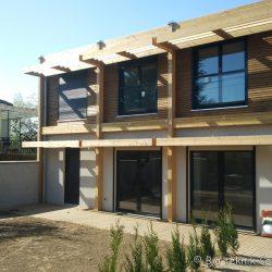 Façade SUD de la maison écologique de Brunoy avec grandes ouvertures bioclimatiques