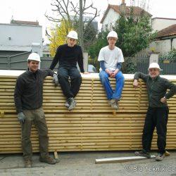 L'équipe de charpentiers pour construire les maisons écolos