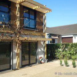 Façade SUD et les brise-soleil en bois thermo-chauffé de la maison écologique de Brunoy