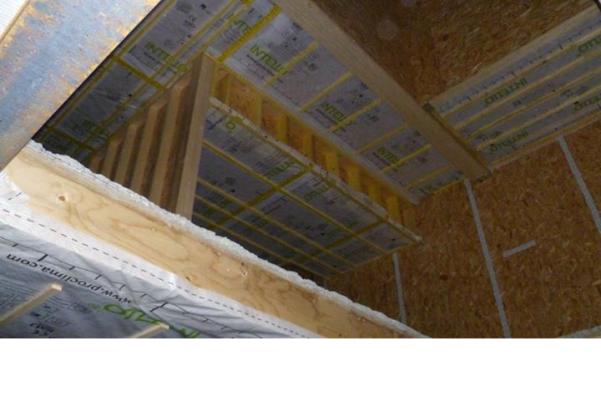 Isolation par insufflation de ouate de cellulose dans l'ossature bois. Source : Bio Teknik Consulting